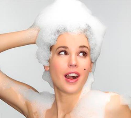mujer-lavandose-el-pelo